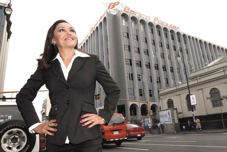 Magdalena Rojas, assistant director of Banco Popular, exudes her success as part of the Costa Rican Chamber of Commerce's campaign. Photo source: La República