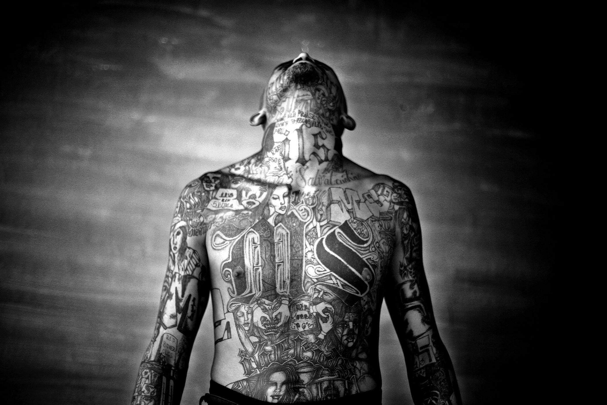 Chelatenango, El Salvador. May 2007. A members of the Mara Salvatrucha gang displays his tattoos inside the Chelatenango prison in El Salvador.