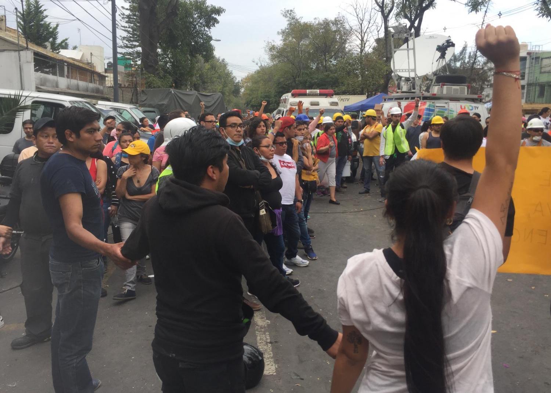 Un puño cerrado y la solidaridad del pueblo mexicano